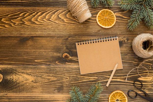 Bloc-notes vide de papeterie à plat et tranches de citron