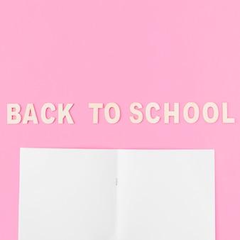 Bloc-notes vide près de retour à l'école