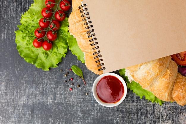 Bloc-notes vide avec des sandwichs