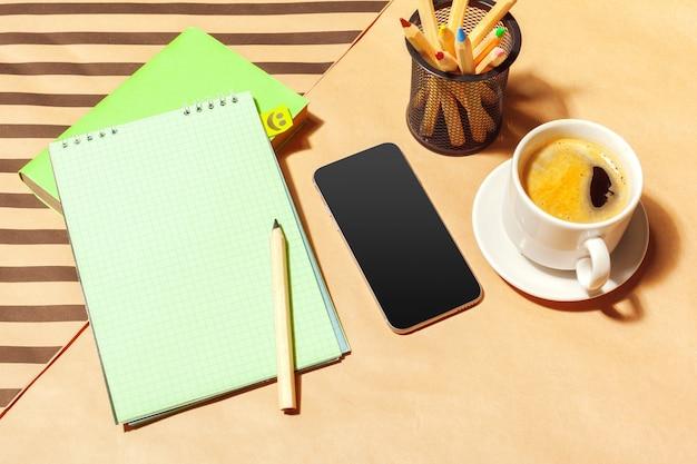 Bloc-notes vide et tasse à café