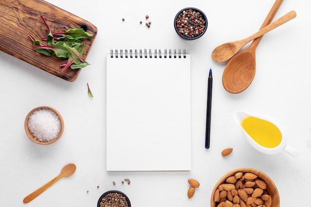 Bloc-notes vierge sur fond blanc. concept culinaire, place pour une recette.