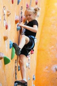 Bloc, petite fille escaladant le mur