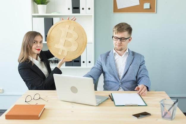 Blockchain, crypto monnaie et concept d'argent web - portrait de femme d'affaires et homme tenant