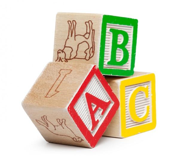 Blocs de l'alphabet en bois isolés sur blanc