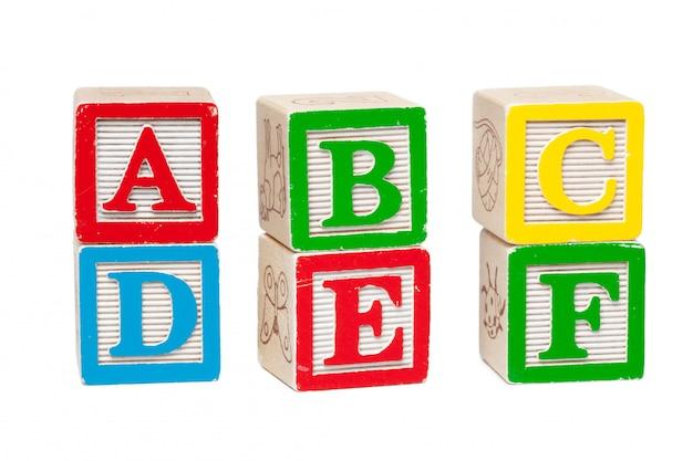 Blocs d'alphabet en bois isolés sur blanc