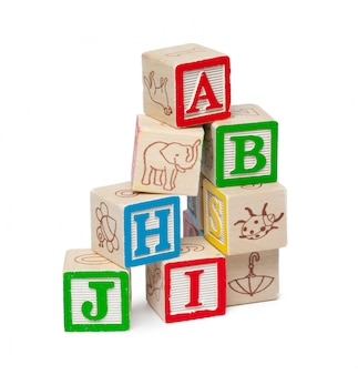 Blocs d'alphabet en bois isolés sur fond blanc