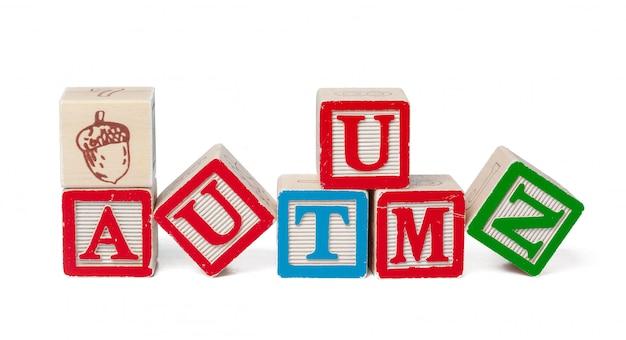 Blocs d'alphabet coloré. automne de mot isolé sur blanc