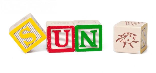 Blocs de l'alphabet coloré. mot soleil isolé sur blanc