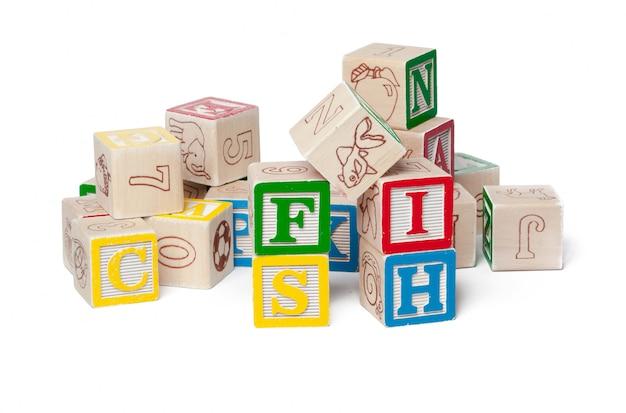 Blocs d'alphabet coloré. poisson de mot isolé sur blanc