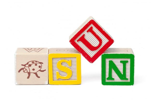 Blocs d'alphabet coloré. soleil de mot isolé sur blanc