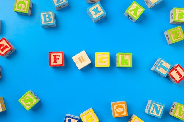 Blocs en bois alphabet coloré de surface en bleu, plat poser, vue de dessus