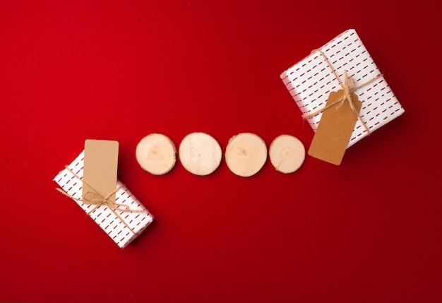 Blocs de bois et cadeaux emballés sur rouge