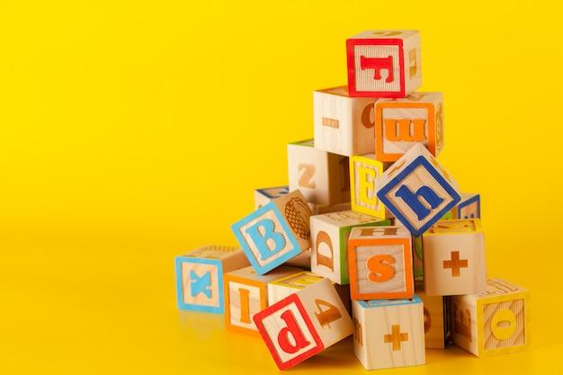 Blocs de bois colorés avec des lettres