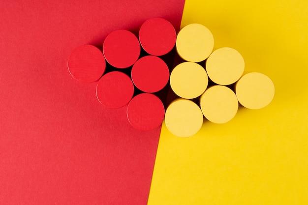 Blocs en bois comme des grappes de raisin sur papier rouge et jaune