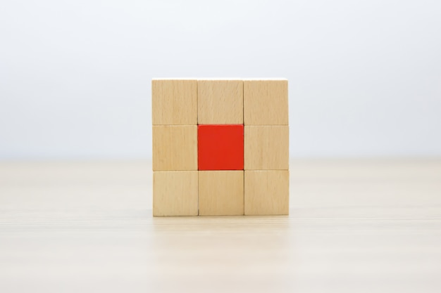 Blocs de bois empilés dans des formes rectangulaires sans graphiques.