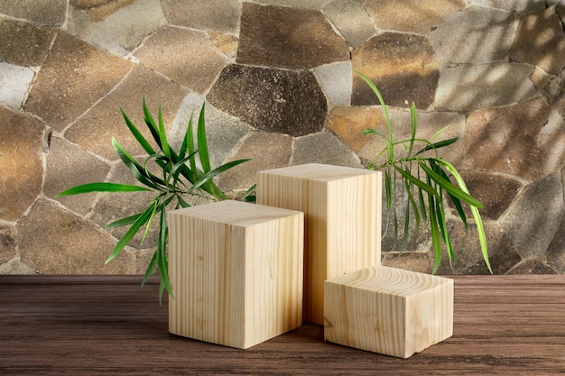 Blocs de bois et feuilles avec mur de briques en pierre