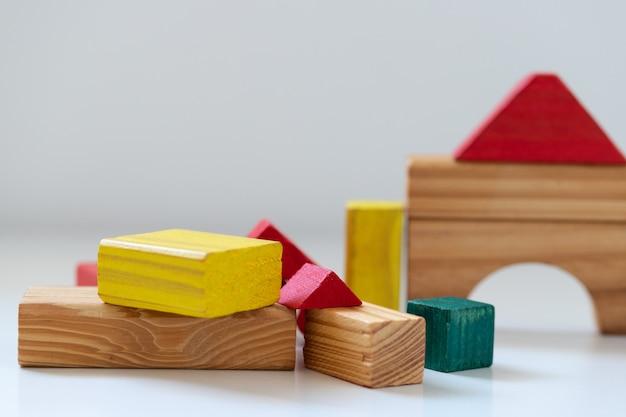 Blocs de bois. formes solides utilisées pour le jeu de construction.