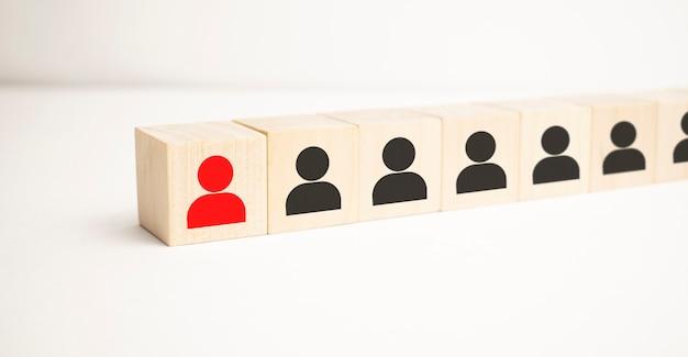Blocs en bois avec l'icône d'homme d'affaires sur le fond bleu, structure d'organisation, réseau social,