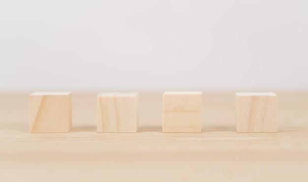 Blocs de bois isolés sur blanc