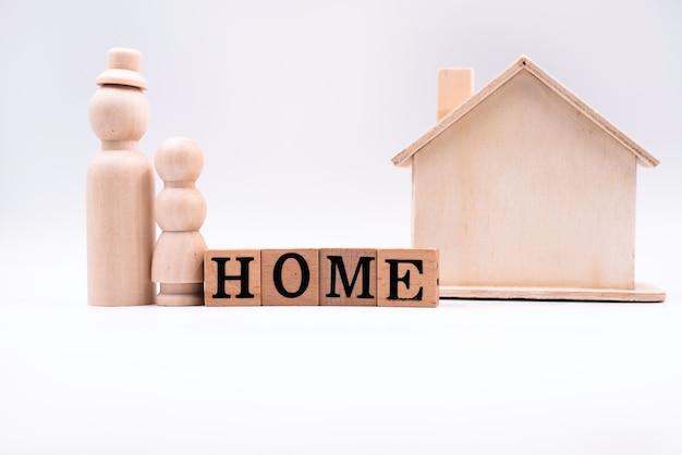 Blocs de bois avec lettres noires. domicile. avec petite poupée et petite maison