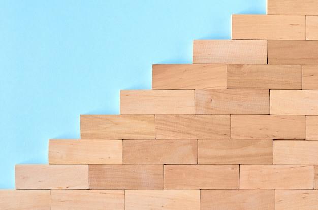 Blocs de bois marron forme idée de forme sur la surface bleue.