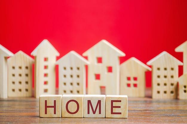 Blocs de bois avec le mot maison et maisons miniatures.