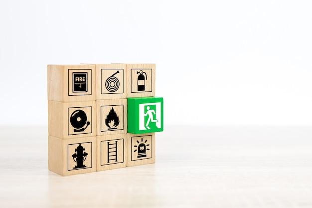 Blocs de bois avec panneau de sortie de porte sur une autre icône de prévention des incendies.
