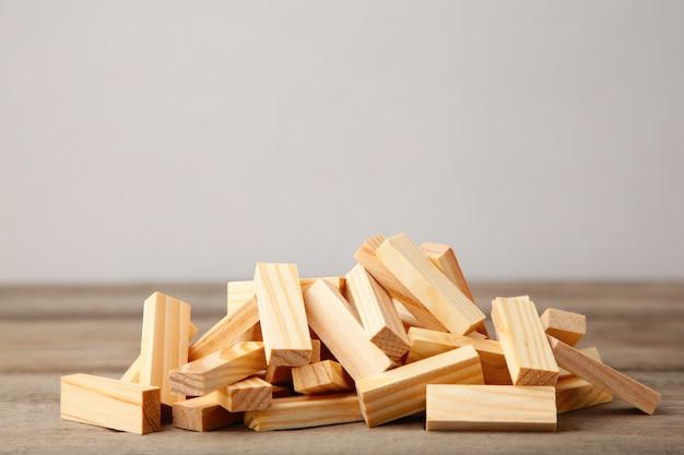 Blocs de bois perturbés sur fond de bois gris