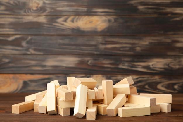 Blocs de bois perturbés sur fond marron. vue de dessus