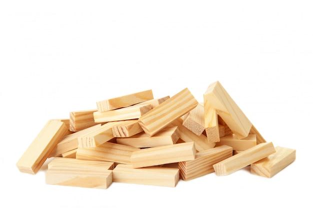 Blocs de bois perturbés isolé sur fond blanc