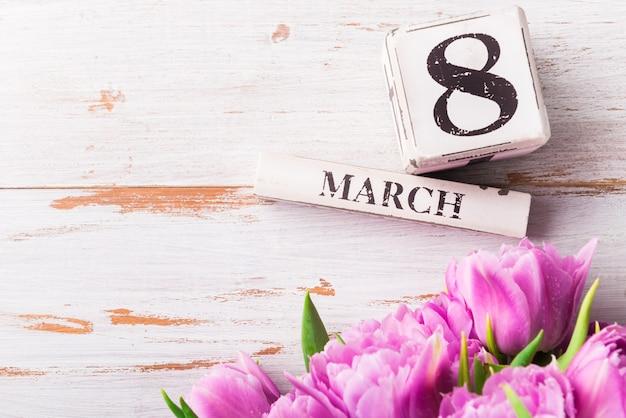 Blocs de bois portant la date de la journée internationale de la femme, 8 mars