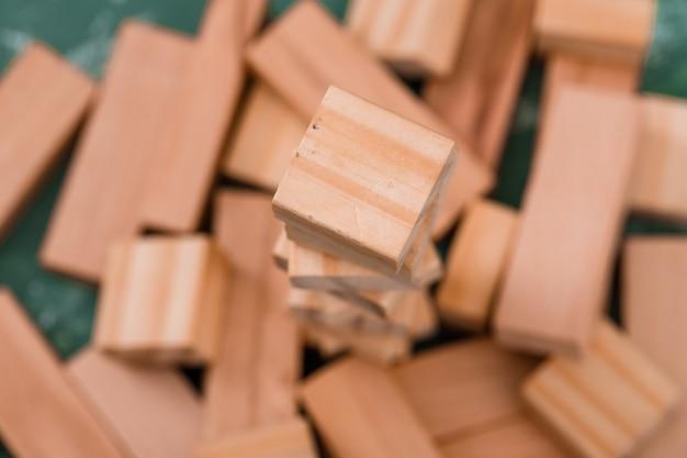 Blocs de bois sur table en plâtre