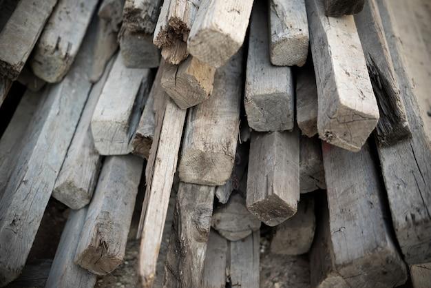 Blocs de bois texturés les uns sur les autres