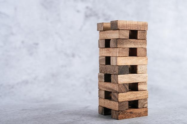 Des blocs de bois, utilisés pour les jeux de dominos.