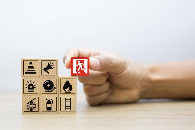 Blocs boisés empilables avec l'icône d'évacuation en cas d'incendie pour le concept de sécurité.