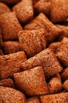 Blocs de chocolat, céréales sucrées fourrées au chocolat