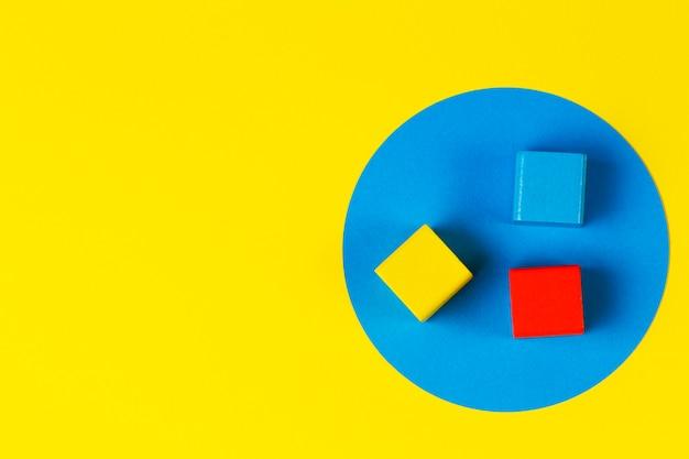 Blocs colorés en bois sur des jouets en bois géométriques