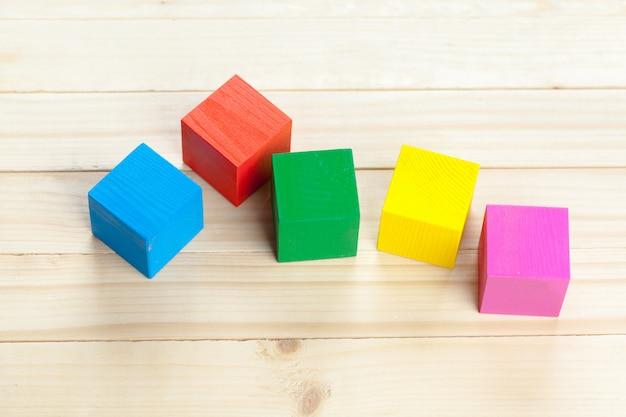 Blocs de construction en bois colorés