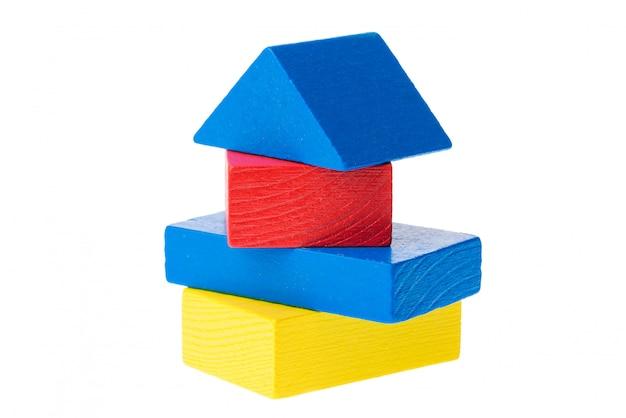 Blocs de construction en bois pour enfants isolés sur blanc
