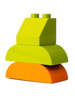Blocs de construction de jouets en plastique colorés isolés sur blanc