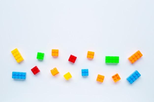 Blocs de construction en plastique isolés sur blanc.