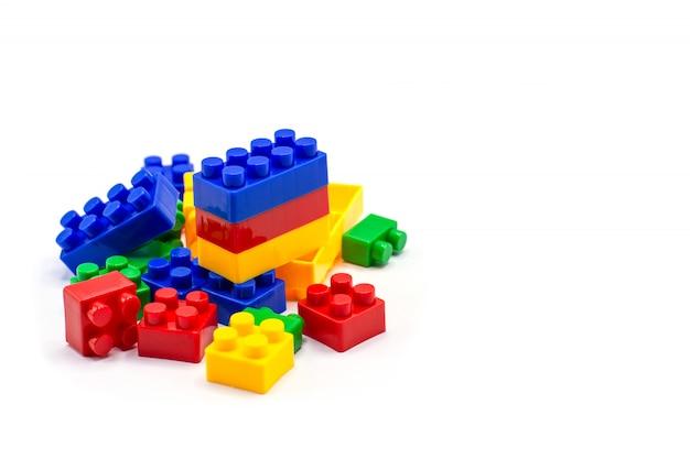 Blocs de construction en plastique isolés sur fond blanc