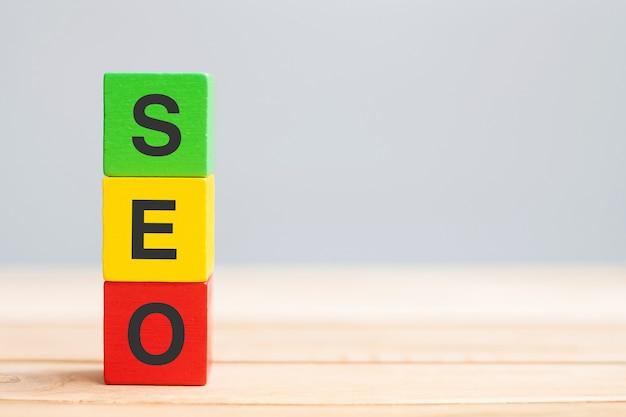 Blocs de cube en bois de texte seo (search engine optimization) sur fond de table. idée, stratégie, marketing, concept de mot-clé et de contenu