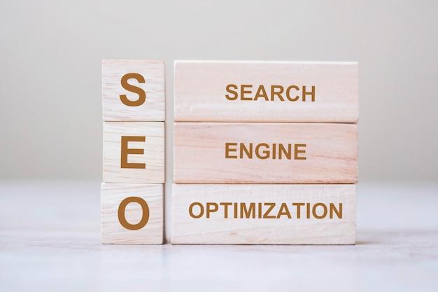 Blocs de cube en bois texte seo (search engine optimization) sur fond de tableau