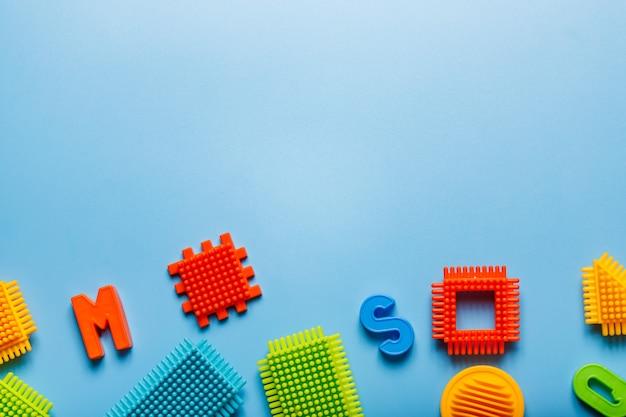 Blocs d'enfants colorés sur fond bleu