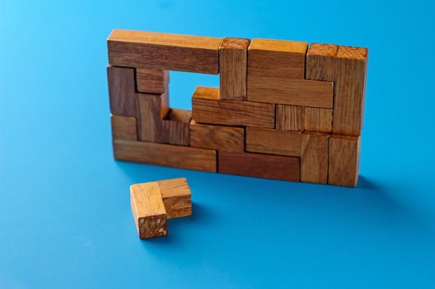 Blocs géométriques en bois sur fond bleu