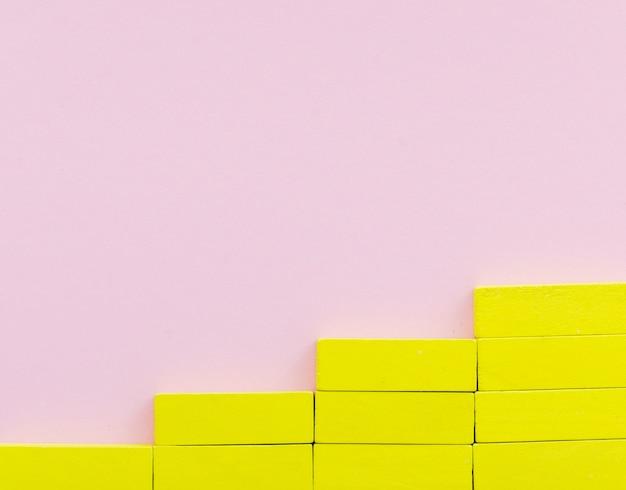 Blocs jaunes créant des escaliers