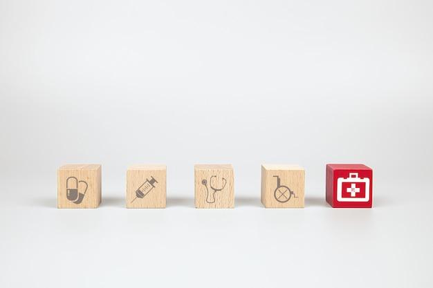 Blocs de jouet cube en bois avec icône enfant médical et de premiers soins