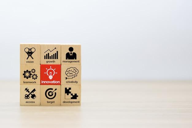 Blocs de jouets en bois empilés avec des symboles commerciaux