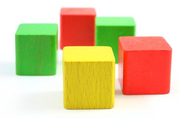 Blocs de jouets en bois isolés sur fond blanc